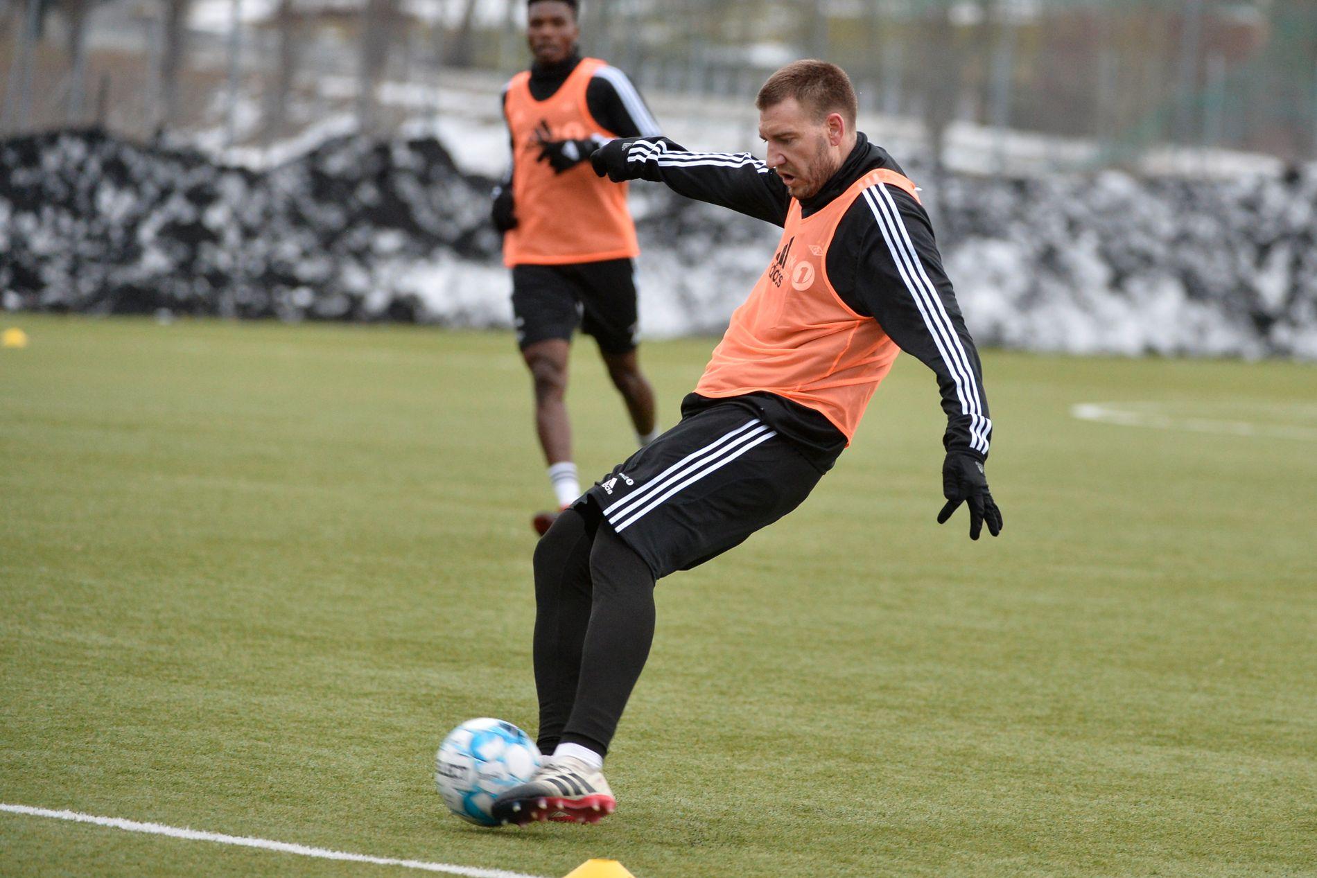 TILBAKE: Nicklas Bendtner, omtrent midt i bildet, er tilbake på trening med Rosenborg. Her på kunstgresset utenfor Lerkendal.