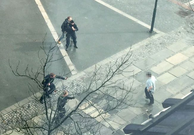 BRUKTE VÅPEN: 14. april i år skjøt politiet i Trondheim et varselskudd overfor en person som knivstakk en annen i sentrum av byen. Det er eneste gangen norsk politi har avfyrt skudd siden man i november i fjor innførte midlertidig bevæpning.