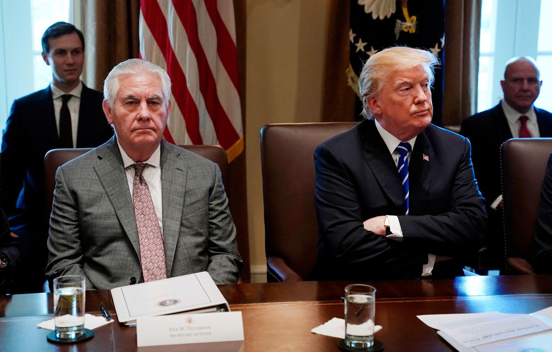 LABER STEMNING: Rex Tillerson satt fortsatt ved president Donald Trumps siden under kabinettmøtet i Det hvite hus 20. november. Men snart kan Rex Tillersons dager som utenriksminister være talte.