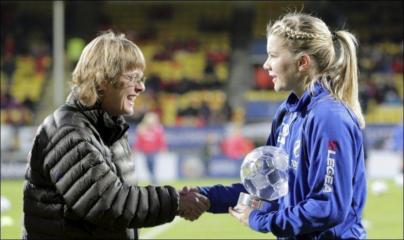 KOMET: Ada Stolsmo Hegerberg (17) mottok prisen som årets komet før cupfinalen lørdag. Foto: Berit Roald/NTB Scanpix