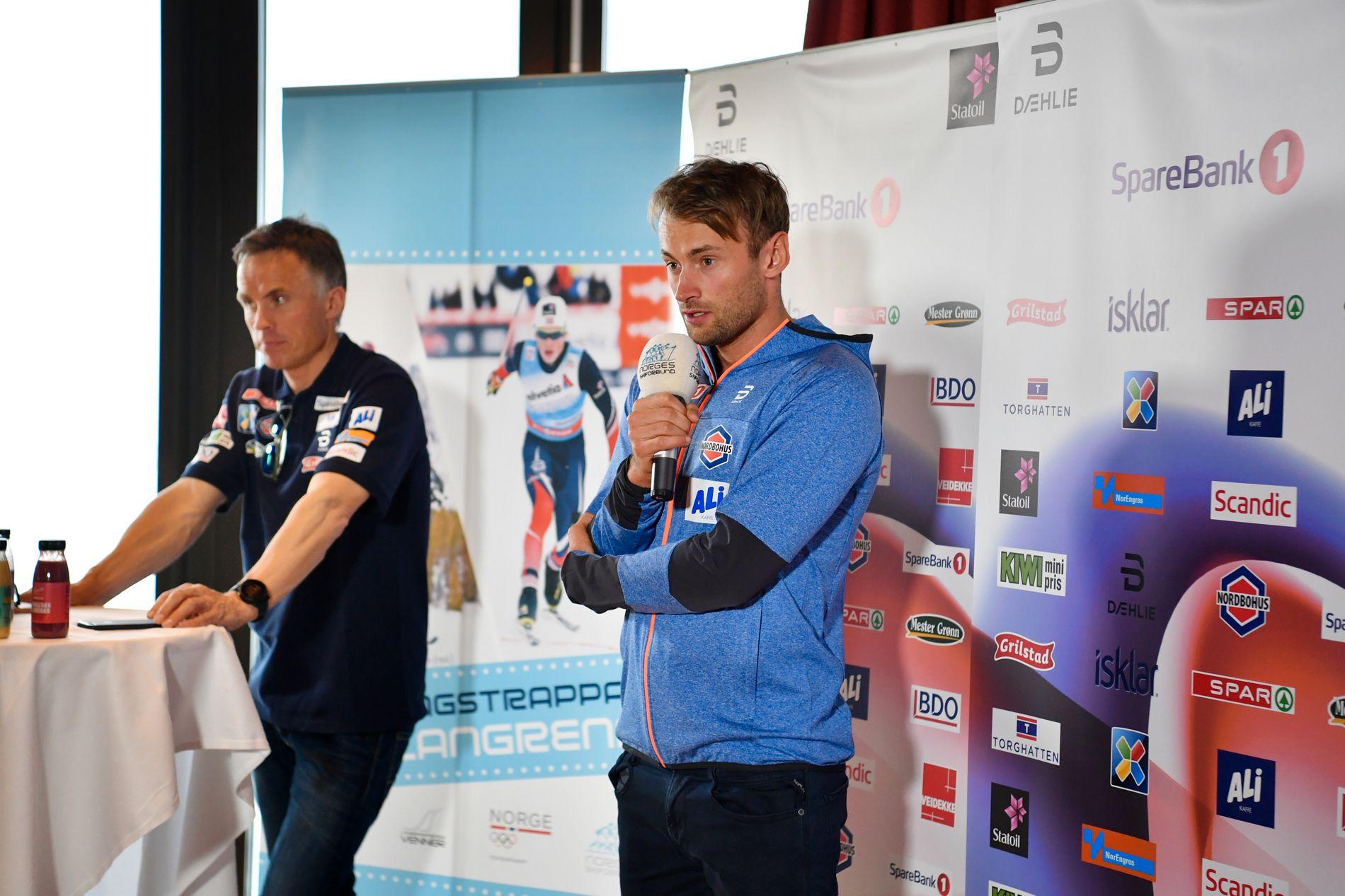 Landslagssjef Vidar Løfshus til venstre, sammen med Petter Northug, her fra presentasjonen av landslagene på Holmenkollen i april i år.