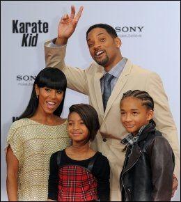 SUKSESSRIK FAMILIE: Will Smith og kona Jada Pinkett-Smith, sammen med barna Jaden og Willow. Foto: AFP