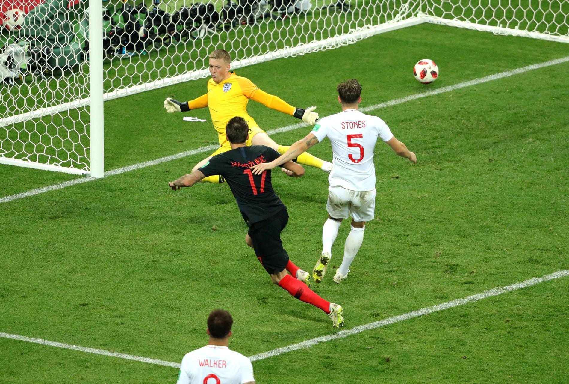 PUNKTUM FINALE: Mario Mandzukic setter inn vinnermålet og England klarer aldri å komme tilbake.