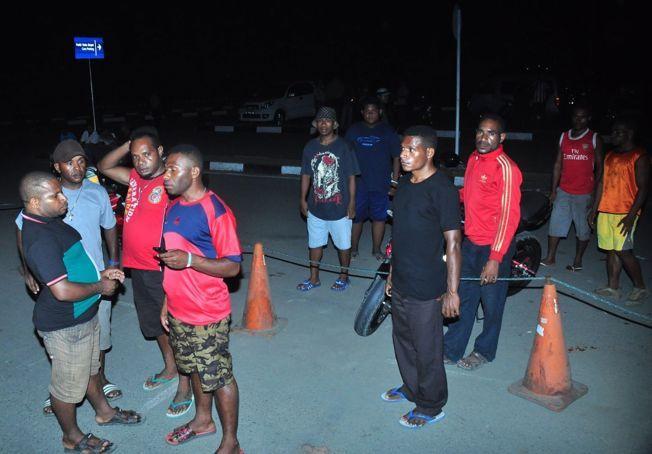 VENTER PÅ NYHETER: På flyplassen Jayapura har slektninger av noen av flypassasjererene som var om bord på det savnede flyet møtt opp.