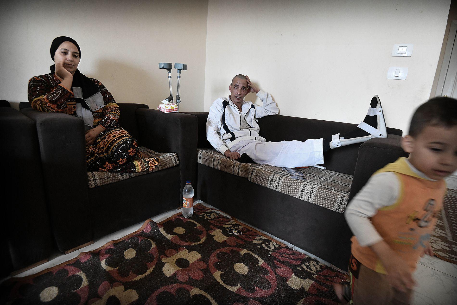 LITE Å RUTTE MED: Firebarnsfaren Abdalrauf Hassan (39), som har brukket beinet, sitter hjemme i stuen i utkanten av Kairo sammen med kona Emnan Mohamed (32) og yngstesønnen Hassan (3).