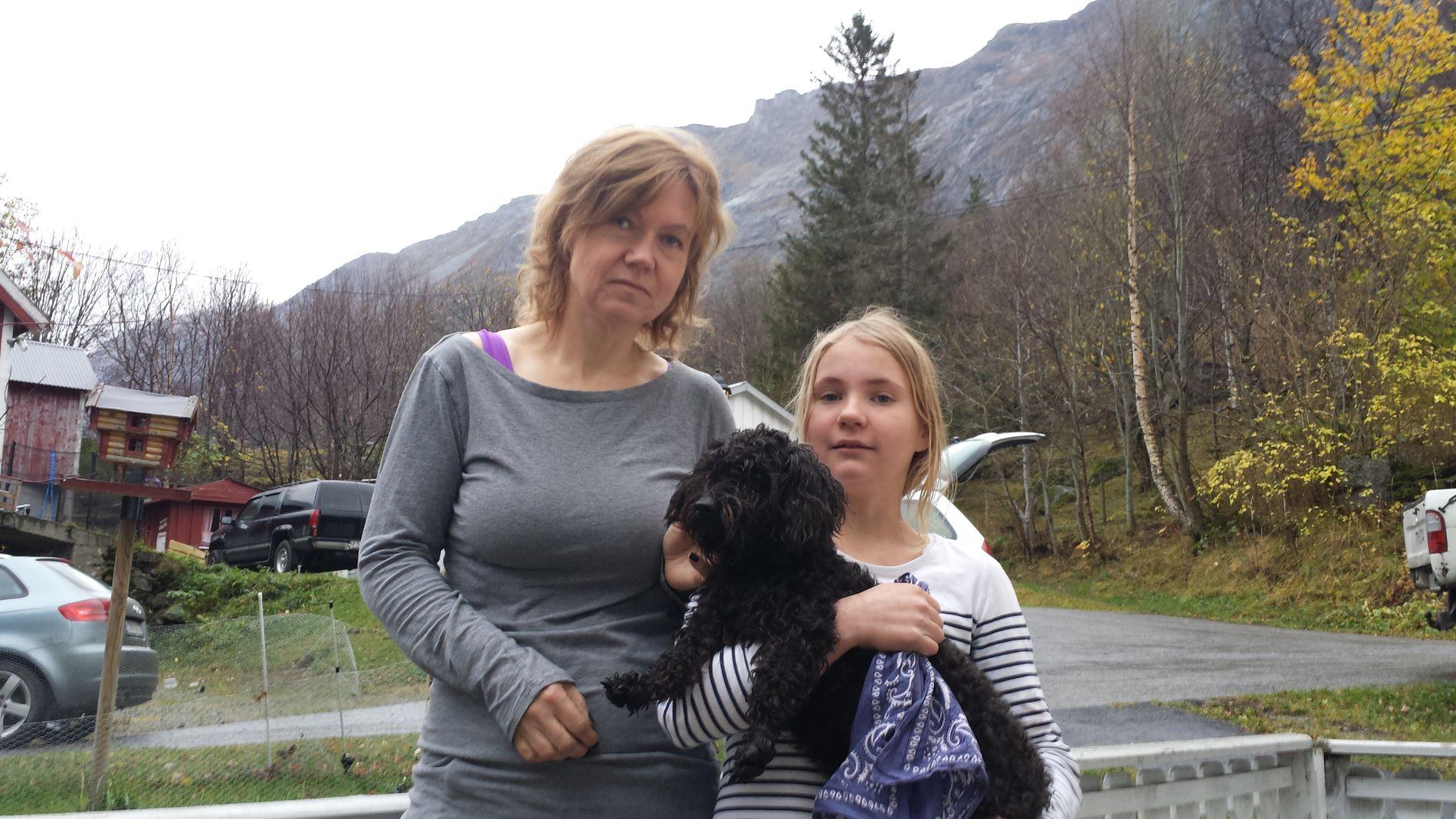 EVAKUERT IGJEN: Gunn Walstad Sogge (54) vil ta en vurdering på om hun blir boende i hjemmet sitt etter sesongen. Bildet er fra 2014 og hun er her med datteren Christina.