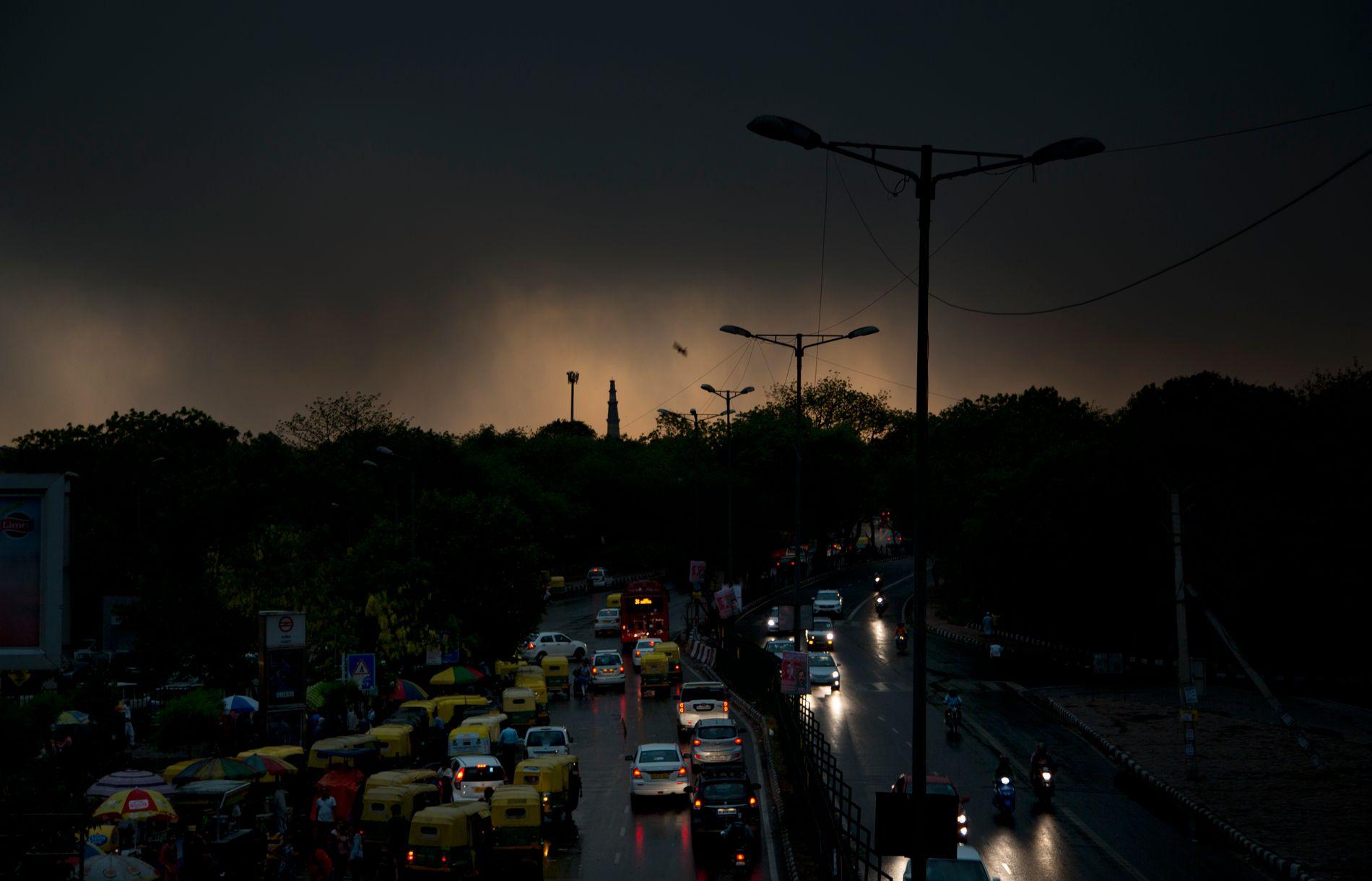TATT AV LYNNEDSLAG: Ifølge lokale medier omkom fem personer i New Delhi på grunn av uværet søndag.