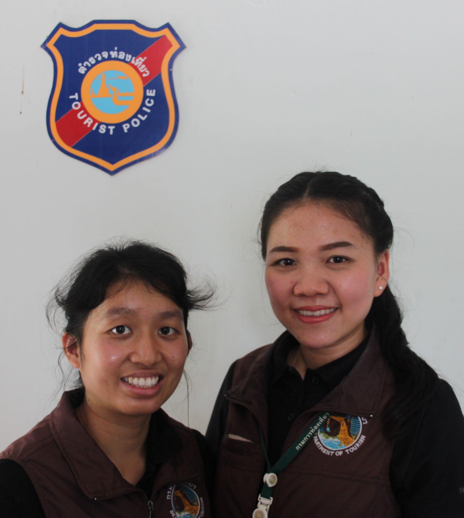 UTFLUKTSMÅL: Chattarika Kaewsupha, til høyre, og Pitchapa Suwanno i turistpolitiet forteller at fotballguttene skulle feire en bursdag i grotten.