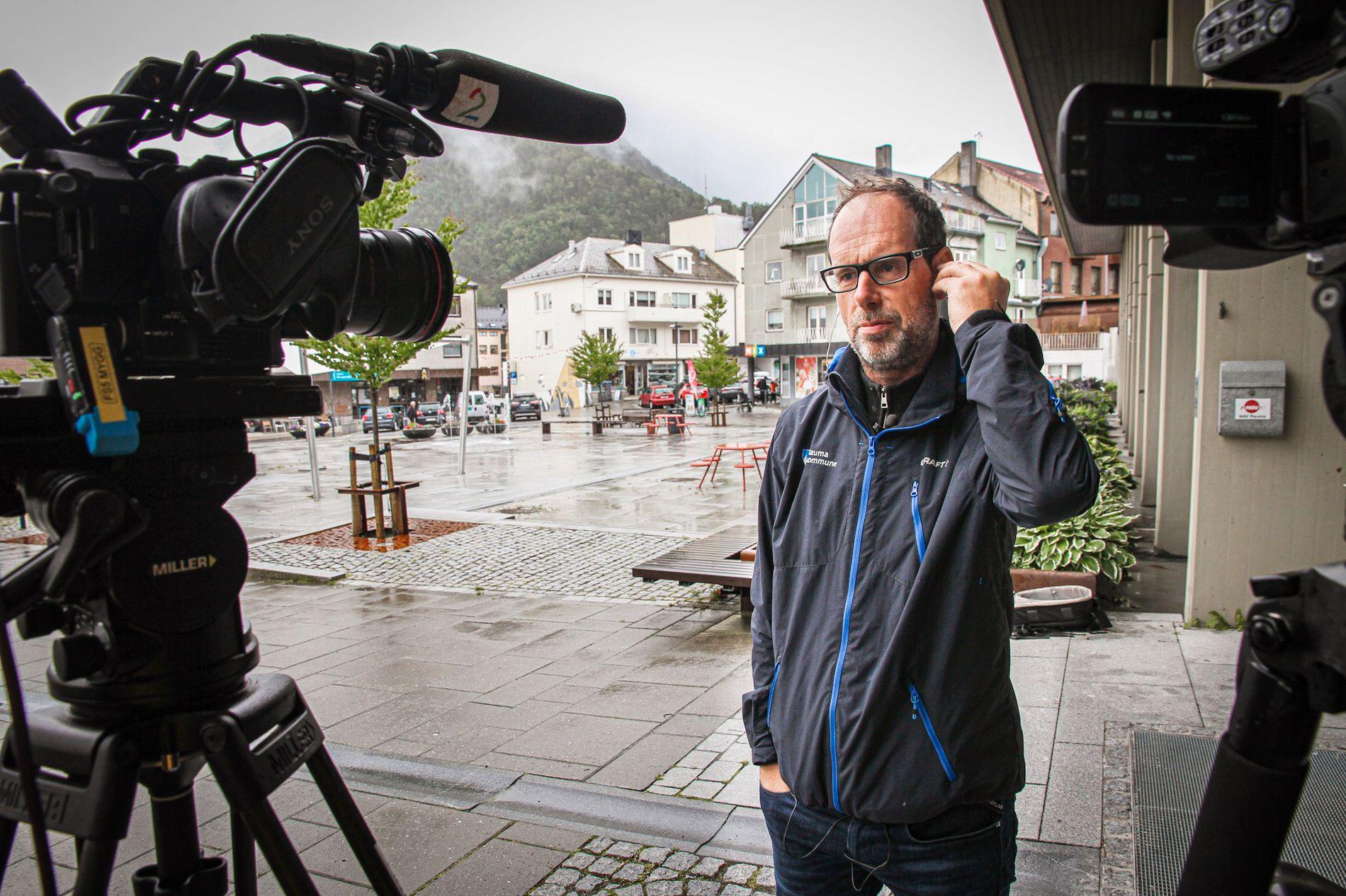 BEKYMRET: Ordfører Lars Olav Hustad i Rauma er redd det vil bli en sesong med flere runder med evakueringer for dem som bor i faresonen under Veslemannen.
