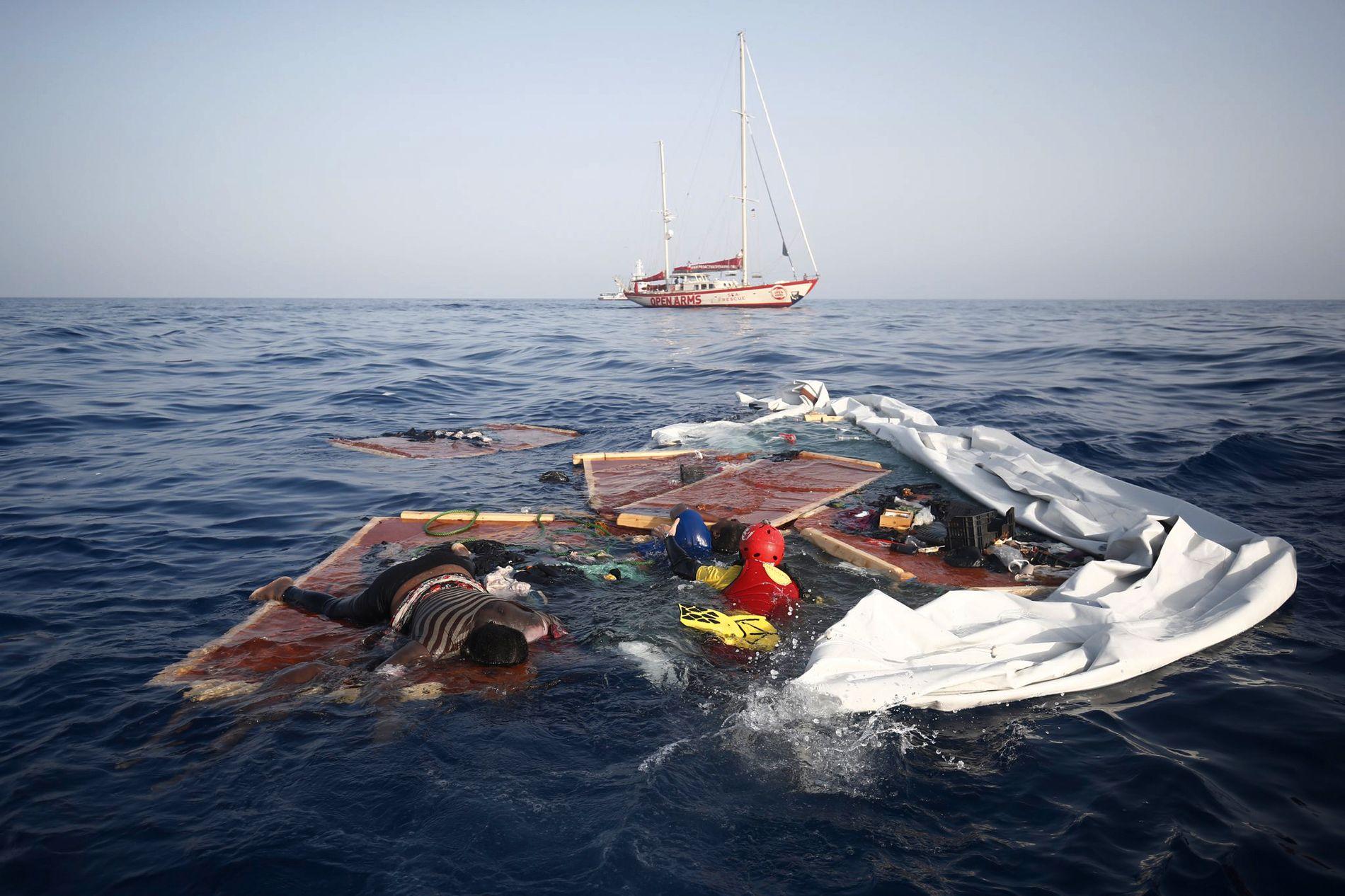 Redningsarbeidere fra spanske Proactiva Open Arms henter opp en død kvinne og et lite barn fra restene av en migrantbåt utenfor Libya tirsdag denne uken. Libyas kystvakt anklages for å ha etterlatt tre mennesker i Middelhavet, hvorav to døde, etter å ha stanset en båt med 160 migranter og flyktninger. Libyas statsminister avviser anklagene.