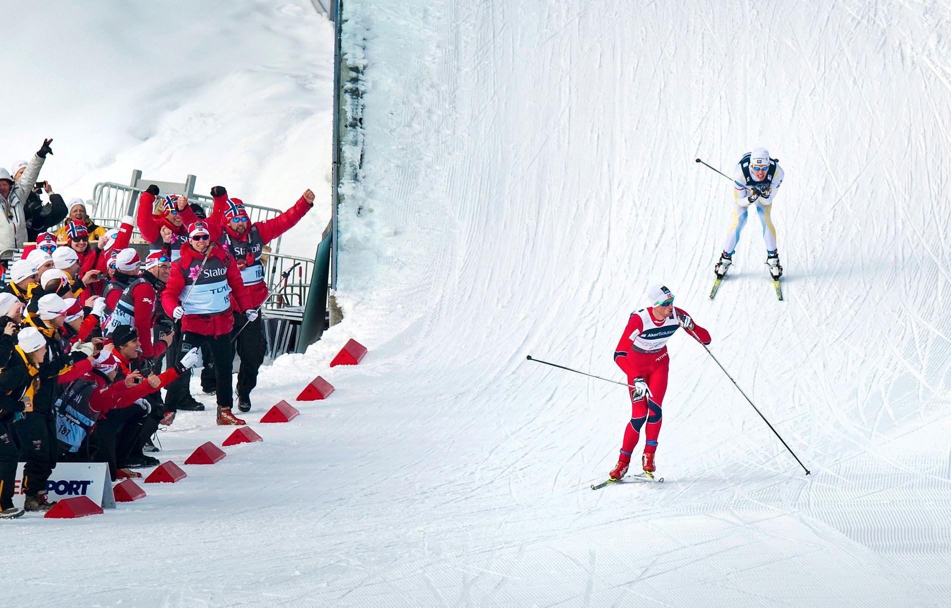 HYSJET: Petter Northug parkerer svenske Marcus Hellner på sisteetappen av herrestafetten under VM i Oslo i 2011.