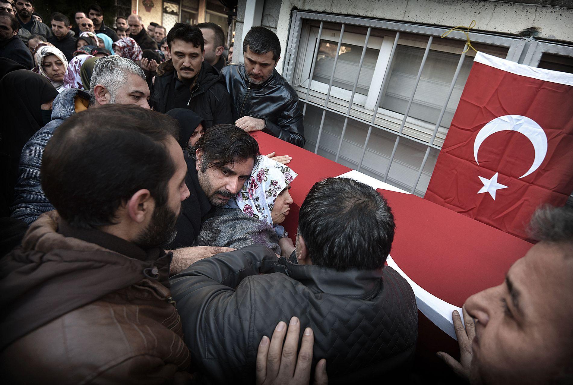 KYSSER KISTEN: Sikkerhetsvakten Fatih Cakmak ble skutt og drept under angrepet mot nattklubben Reina. Moren Ayten og broren Mehmet sørger ved kisten.