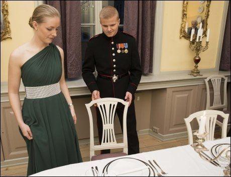 MÅ UNDERHOLDE: Mannen plikter å holde sin borddame med selskap inntil kaffe er servert, eller ved større festlige anledninger hvor det er dans, til man har danset første dans med henne.