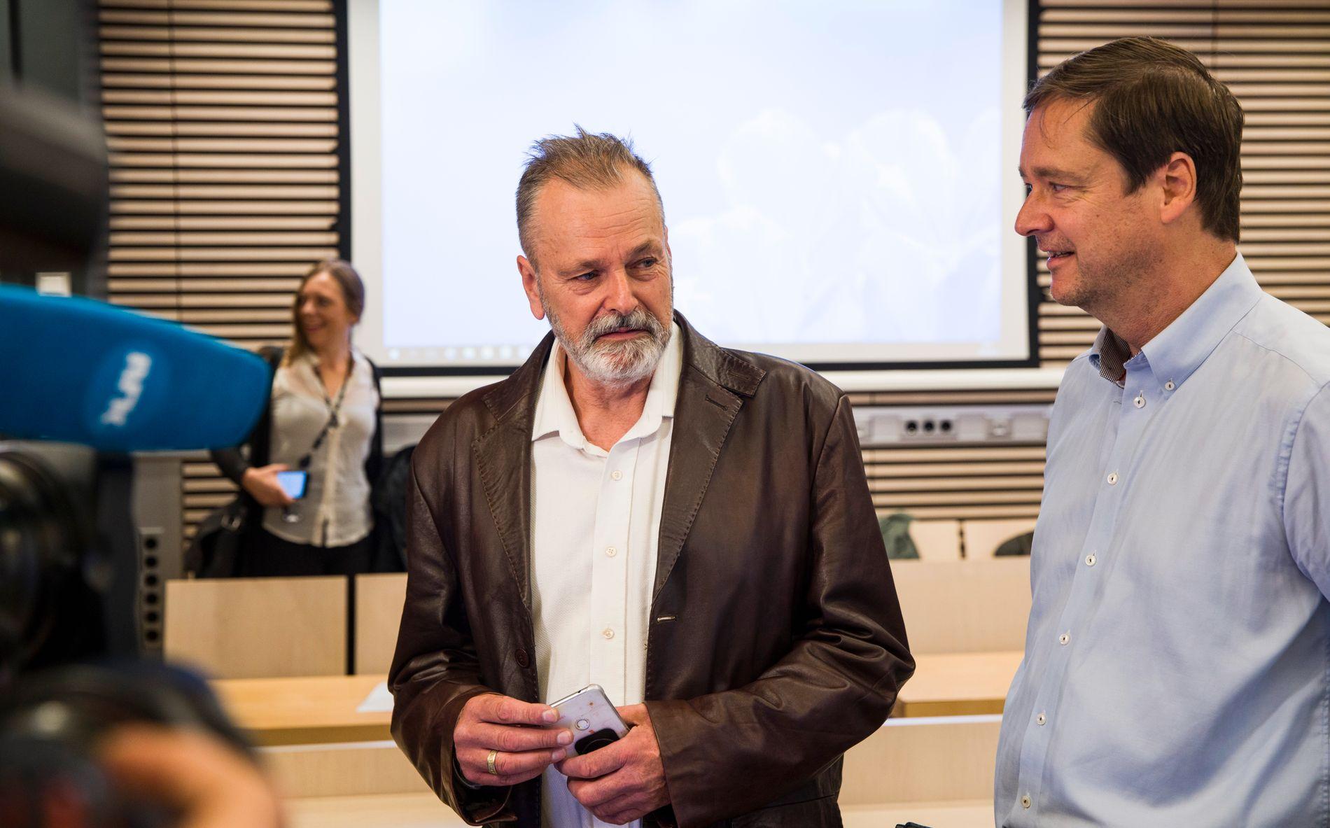 NEKTER FOR KRIMINELT SAMARBEID: Eirik Jensen nekter for et hasjsamarbeid med Gjermund Cappelen. Her står han sammen med forsvarer John Christian Elden, som de siste dagene har griller Cappelen i retten.