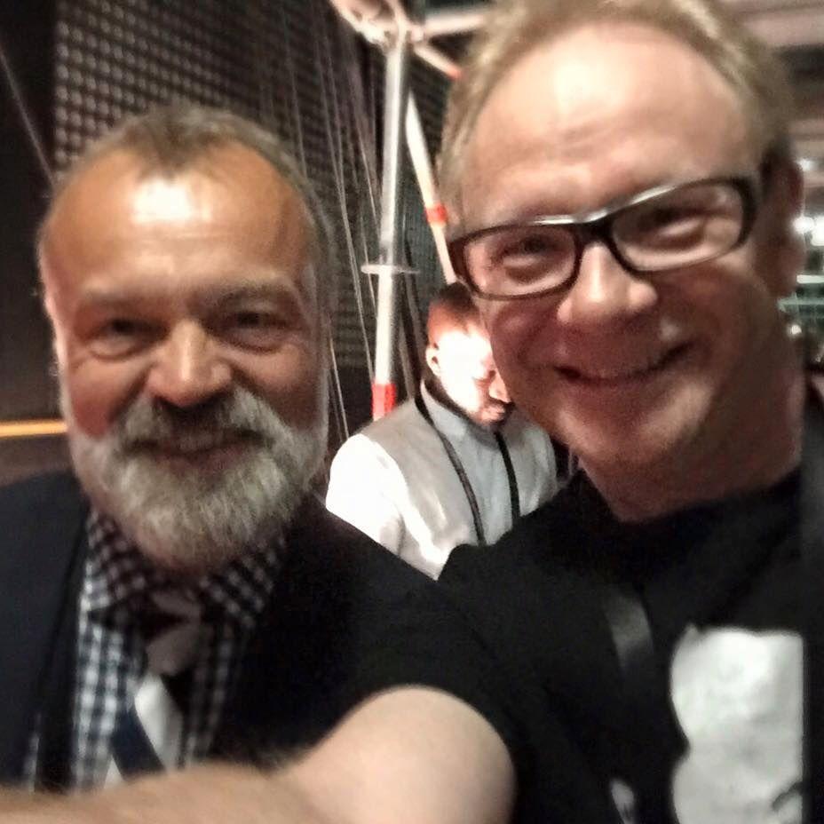 LEGENDE: Graham Norton er en av mange kommentator-kolleger som Olav Viksmo Slettan møter årlig under Eurovision-finalen.