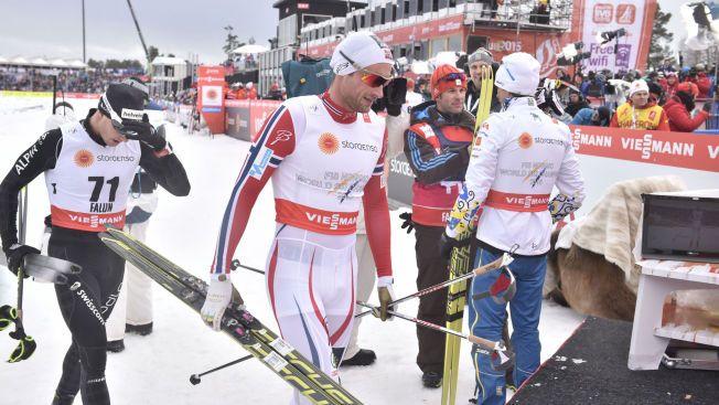 MOSJONSRENN: Petter Northug tok det fryktelig rolig mot slutten på sin 15-kilometer. Her er han i målområdet med en meget frustrert Dario Cologna (til venstre).