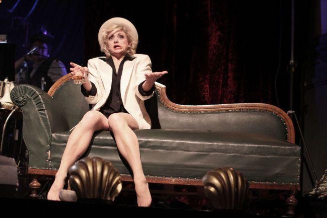 SENSUELL: Hilde Louise Asbjørnsen får finanskrisen til å bli sensuell. Foto: HELENE RØANG SIMONSEN/CHRISTIAN PARKSTAD