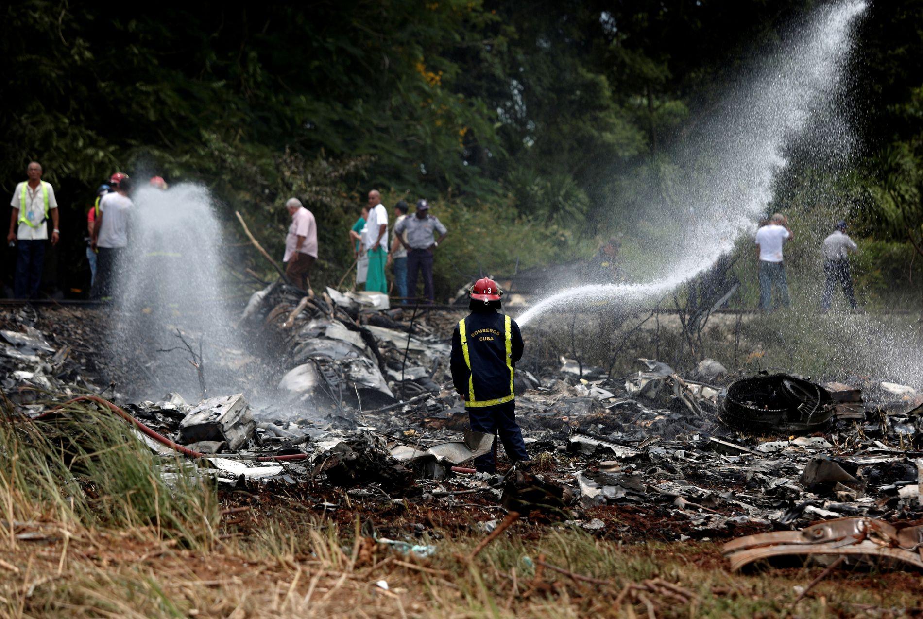 TOTALVRAK: Redningsmannskaper jobbet på stedet etter at flyet styrtet, kort tid etter avgang.