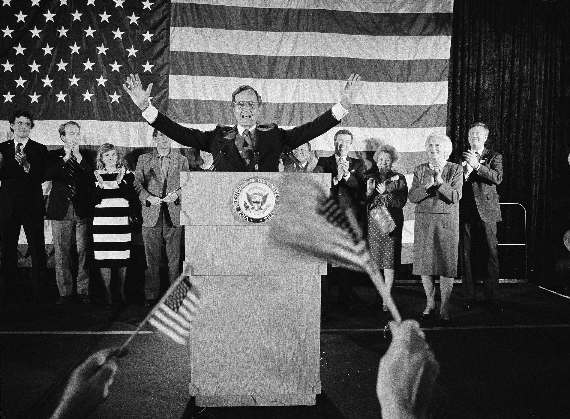 VISEPRESIDENT: President Bush taler i Houston i Texas etter at han ble gjenvalgt som visepresident i 1984.