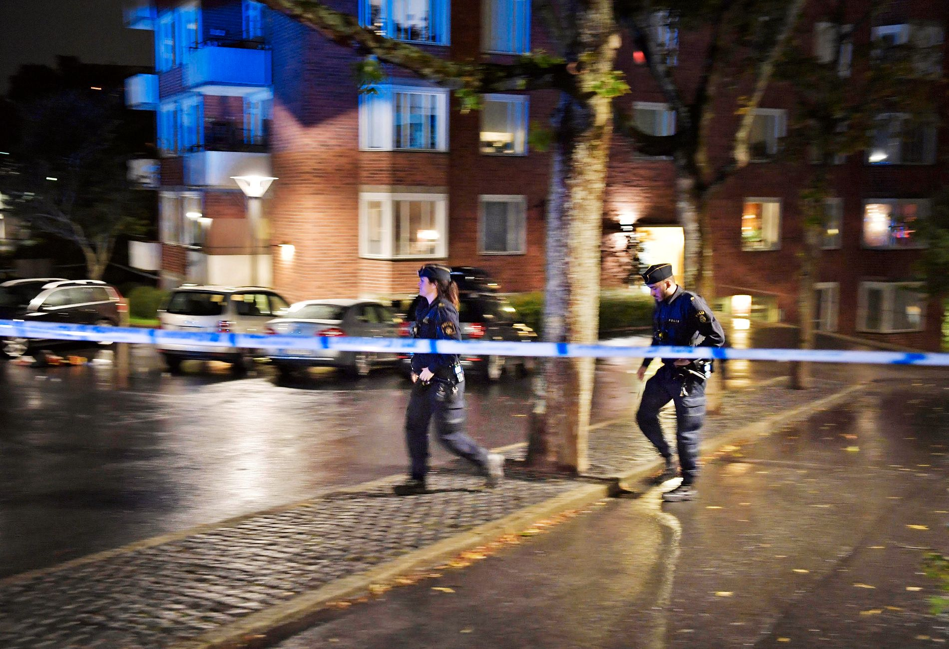 JAKTER GJERNINGSMANN: Én person ble fredag kveld skutt sør i Stockholm, melder den svenske avisen Aftonbladet.