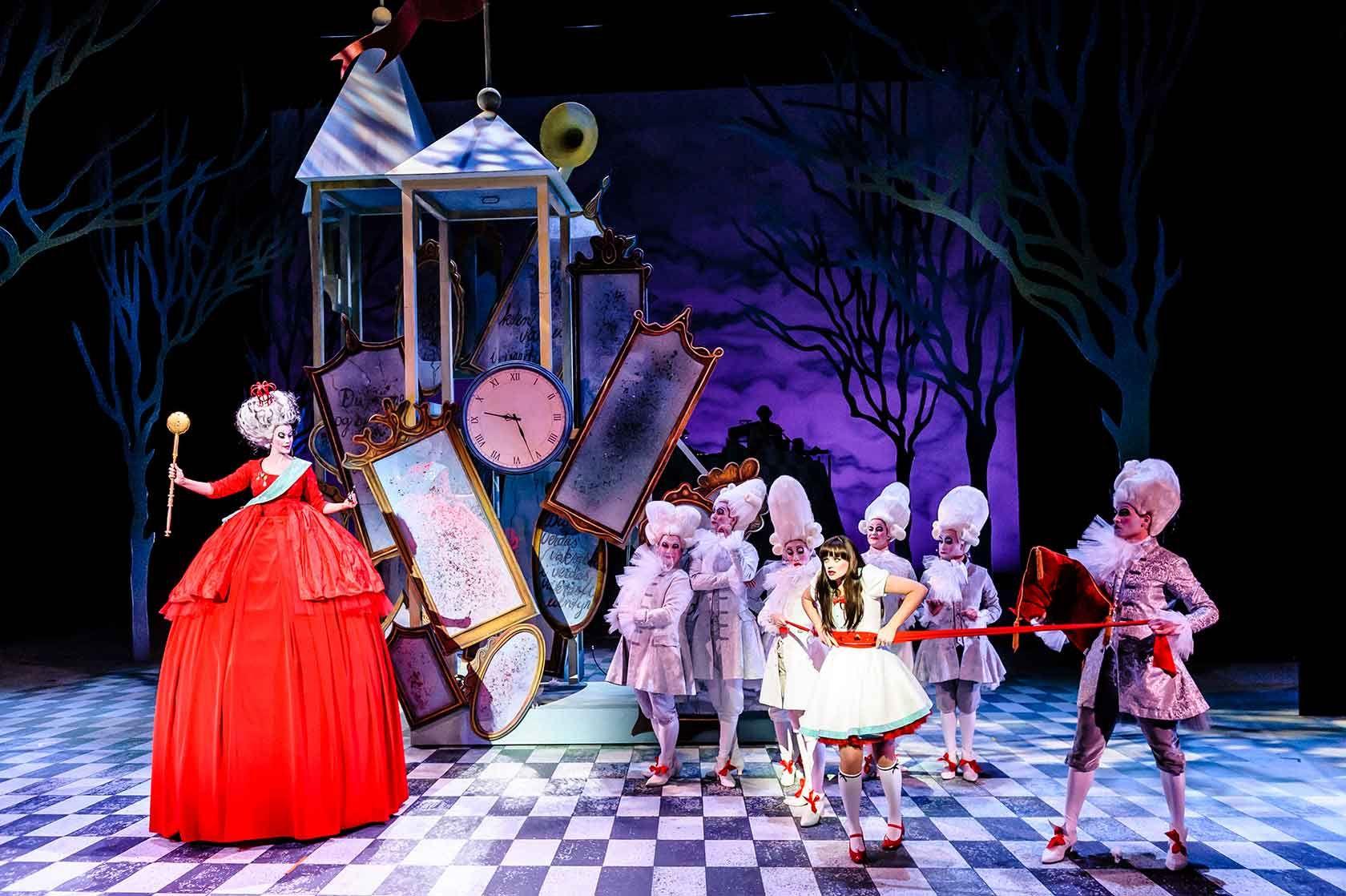 """TEATERMAGI: Takket være Ulli Walstads scenografi og kostymer er forestillingen """"Snøkvit"""" på Det Norske Teatret er som en magisk billedbok."""