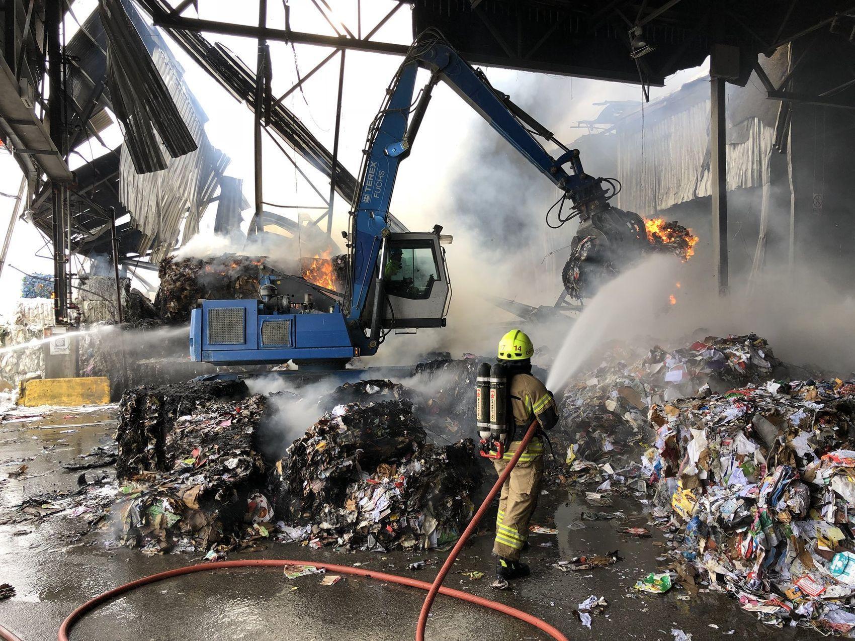 KRAFTIG BRANN: Brannen på Norsk gjenvinning på Alna har bydd på utfordringer for brannvesenet. Rundt 20 timer etter at den brøt ut torsdag formiddag brenner det fortsatt, men brannvesenet har kontroll.