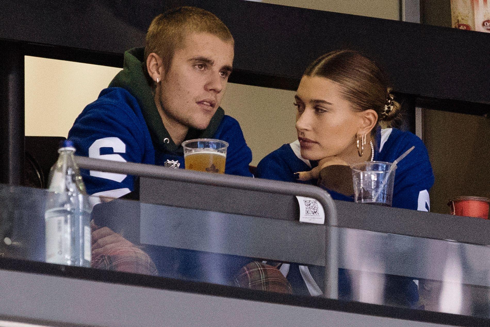 PÅ HOCKEY-KAMP:  Justin og Hailey på NHL-tribunen i Toronto i november.