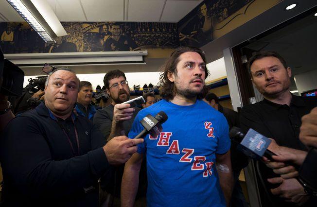 OMRINGET: Hockey-journalistene kastet seg over Mats Zuccarello i Rangers Westchester treningssenter da han snakket om hodeskaden.