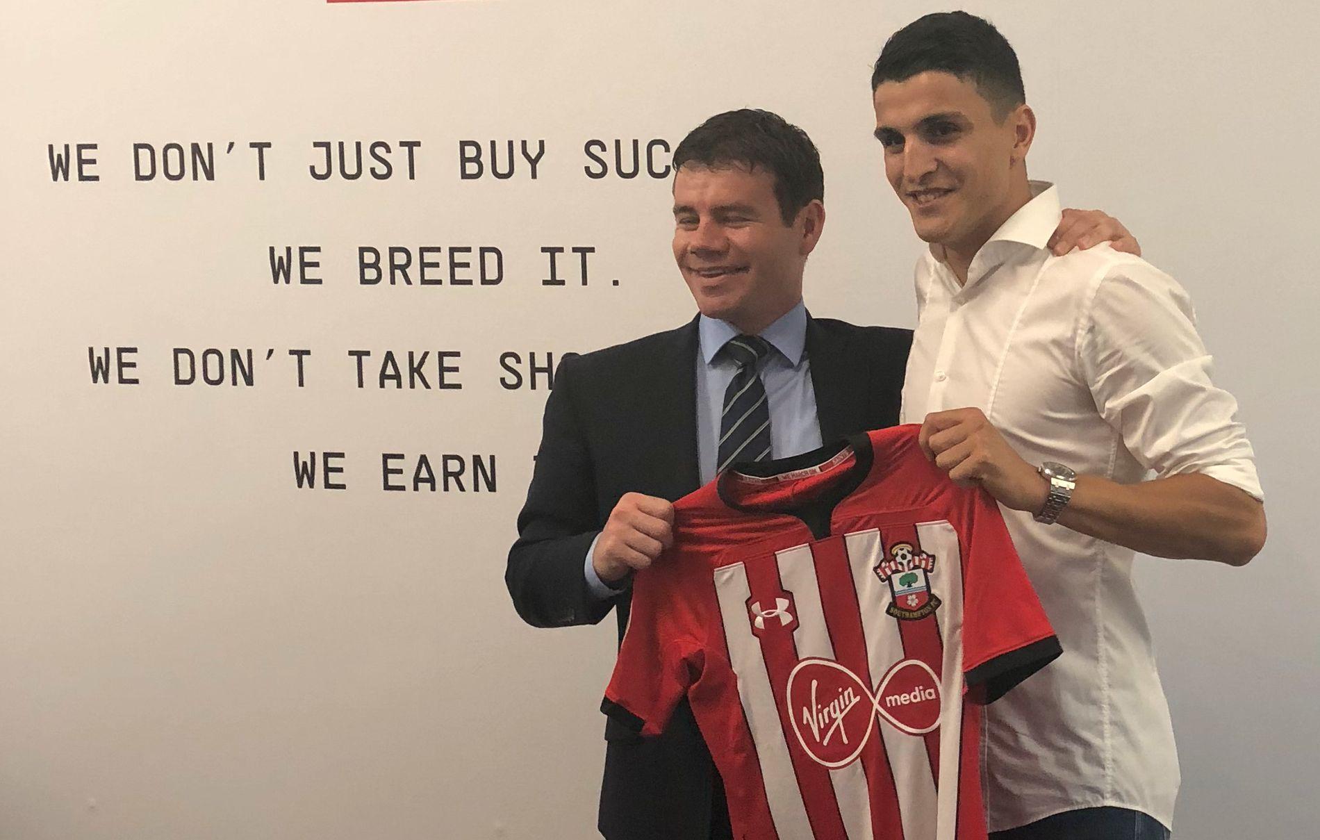 I BOKS: Mohamed Elyounoussi poserer med Southampton-drakt sammen med sjefspeider i klubben, Ross Wilson.