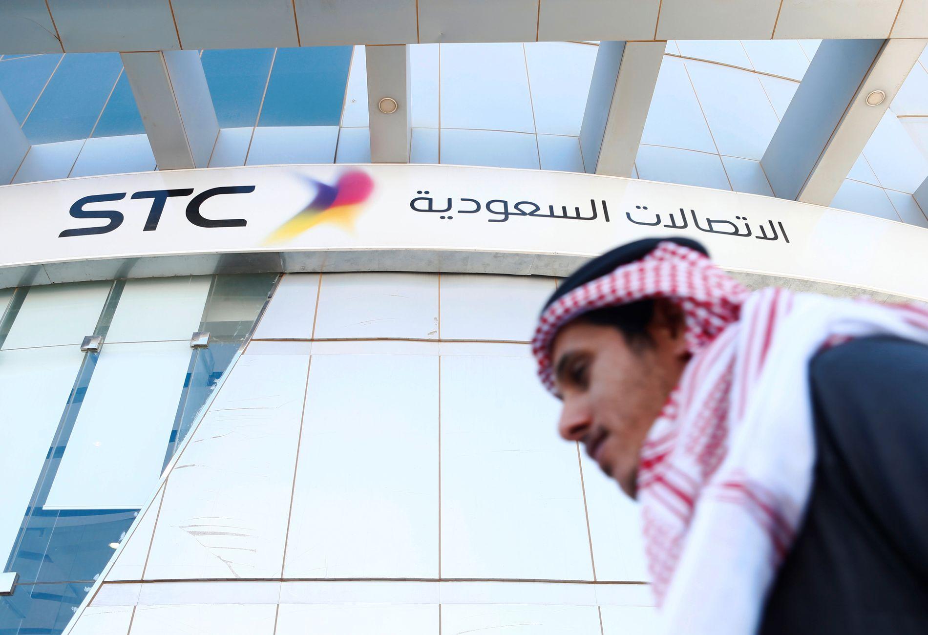 INVESTERER: En mann passerer kontorene til det saudiske telekom-selskapet STC, et selskap Oljefondet har tjent gode penger på og som kritiseres for å bidra til menneskerettighetsbrudd.