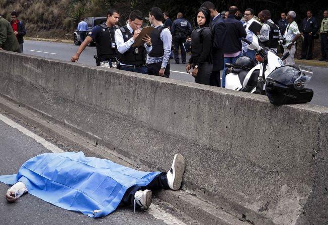 DRAPSHOVEDSTADEN: Busspassasjeren Miguel var på vei inn mot sentrum av Caracas da væpnede menn angrep bussen han satt på. Dermed endte han livet liggende på en motorvei i verdens dødeligste by, som ett av de 3946 drapsofrene i Venezuelas hovedstad i fjor.