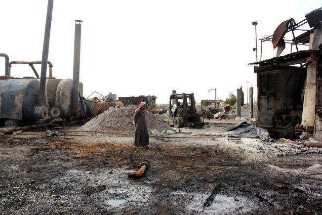 IS-KONTROLLERT OMRÅDE: En mann inspiserer skadene etter et amerikansk luftangrep mot et oljeraffineri i den syriske byen Tal Abyad i oktober i år. I den samme byen ligger også sykehuset som UD sier ikke lenger vil motta norsk støtte.