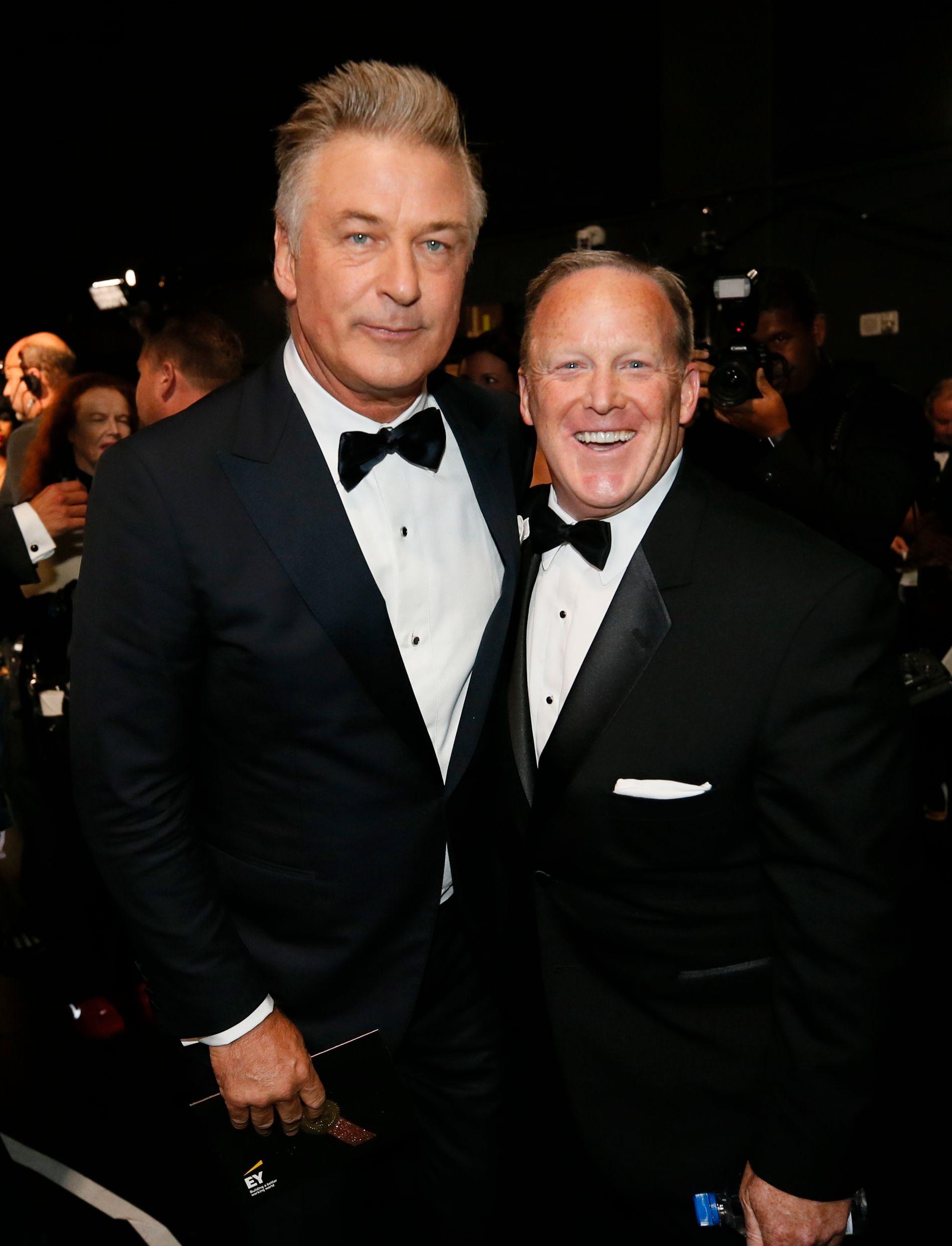 POSERTE SAMMEN: Prisvinner Alec Baldwin og Sean Spicer.