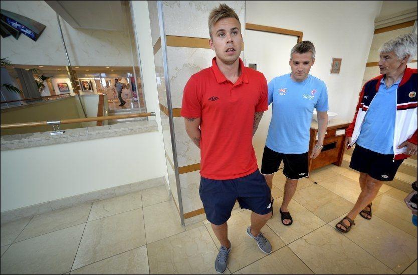ALVORLIG: Marcus Pedersen og landslagstrener Tor Ole Skullerud møtte norsk presse i Tel Aviv søndag. Foto: Bjørn S. Delebekk, VG