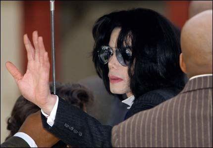 SNART SLUTT: En sliten Michael Jackson vinker til fansen på vei inn i retten torsdag. Bare noen timer etterpå ble han kjørt til sykehus. Foto: Reuters