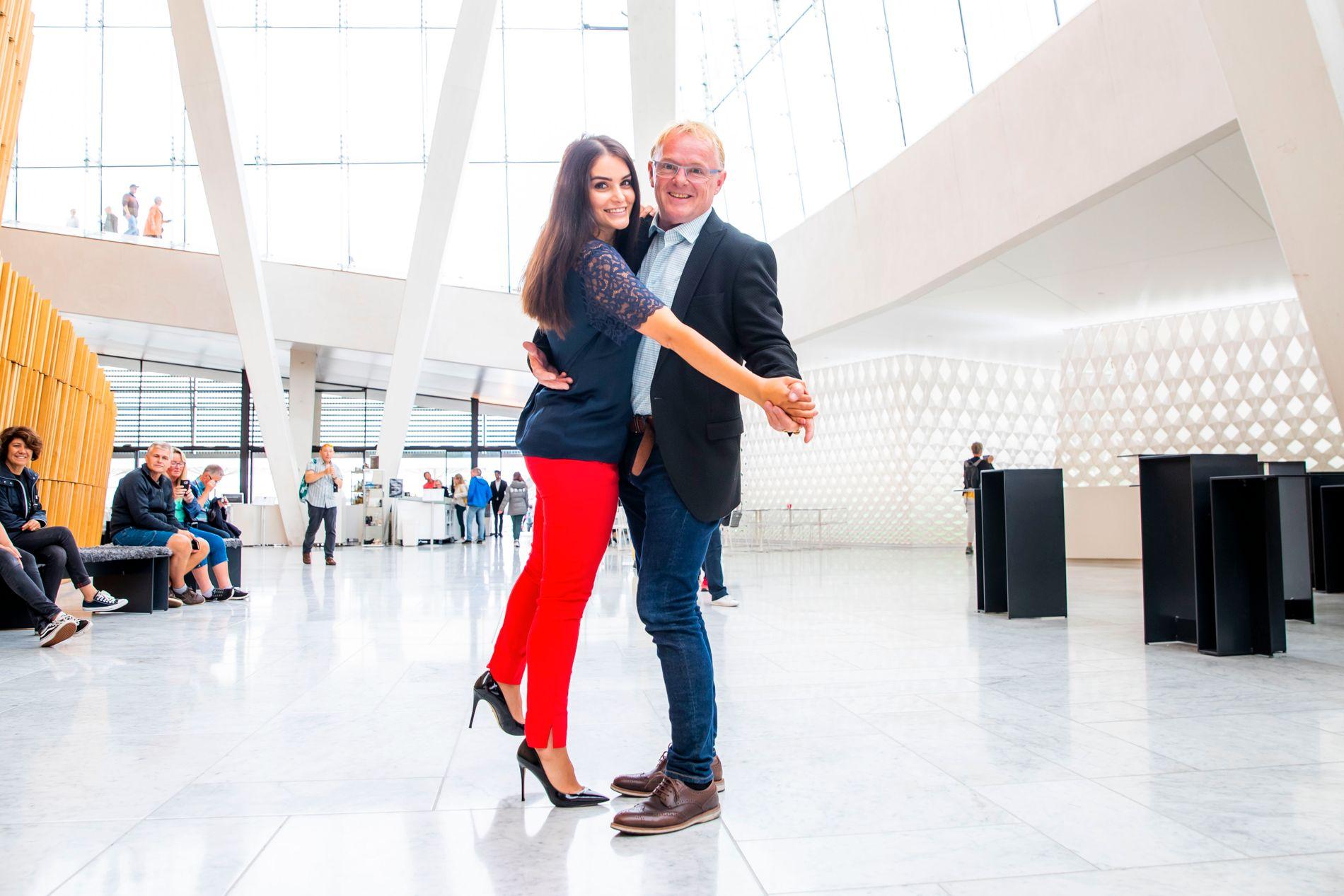 SVINGOM: Bahareh Letnes og Per Sandberg tester ut noen trinn i foajeen i Operaen.