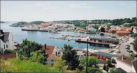 SOLRIKT: Grimstad, her fra havnen, har flest klarværsdager, men Kristiansand har flere registrerte soltimer. Foto: Grimstad turistkontor