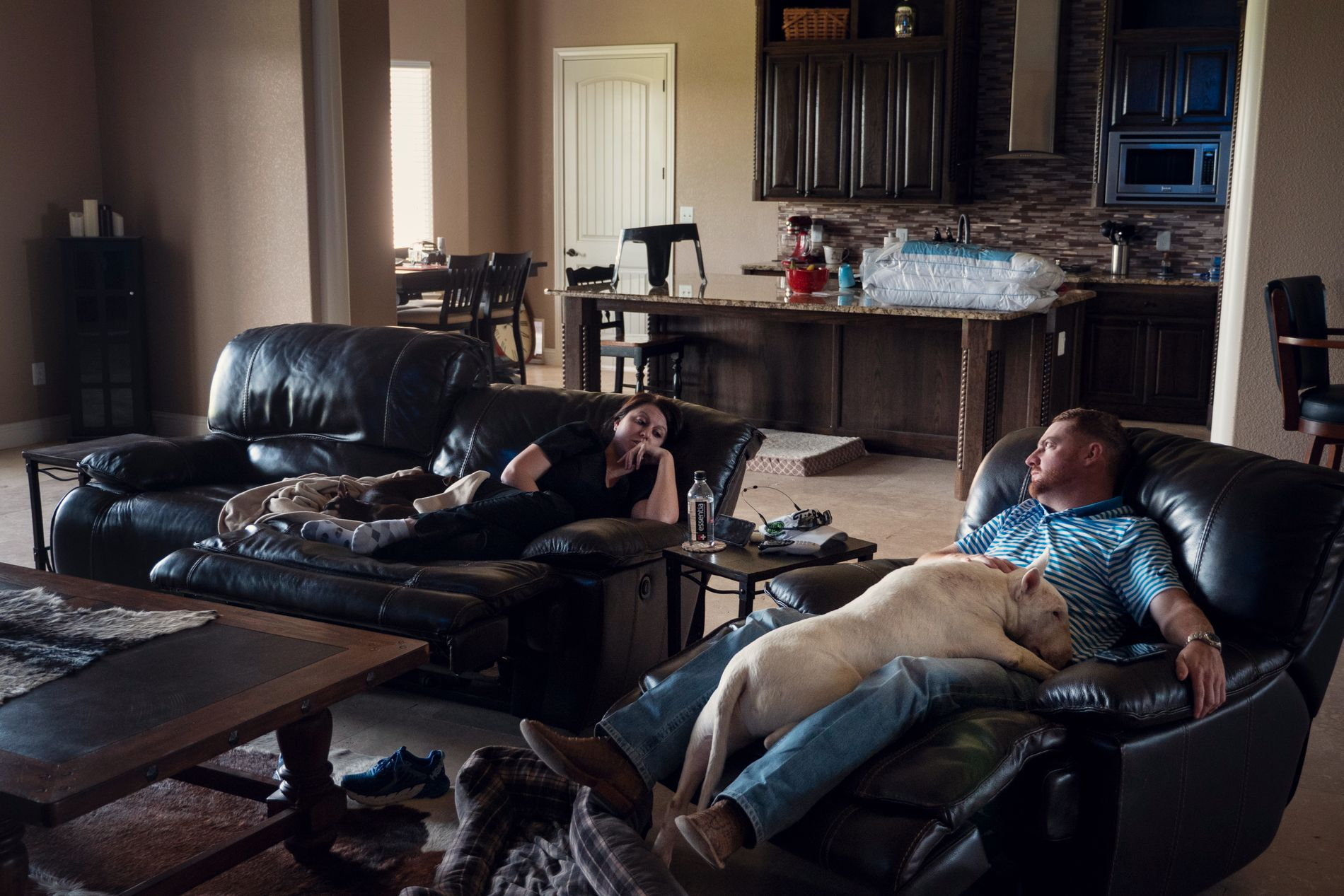 Adam og kjæresten Courtney flyttet inn i nabolaget til  «de store gutta», de som jobber i større olje- og gasselskap.