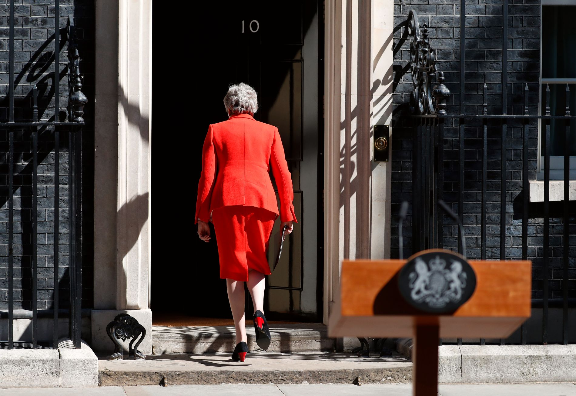 – Det er nå klart for meg at det er i landets beste interesse at en ny statsminister leder innsatsen, sa Theresa May i en følelsesladd tale utenfor statsministerboligen i London fredag. Foto: Alastair Grant / AP / NTB scanpix
