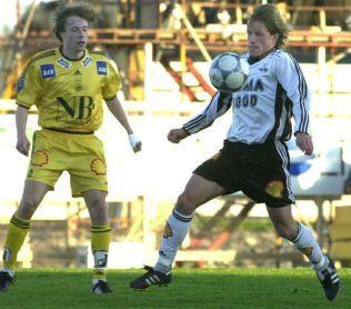 FOTBALLBRØDRE: Berg-brødrene er et begrep i norsk idrett. Her yngstebror Arild i Glimt-trøya i duell mot storebror Ørjan i Rosenborg.