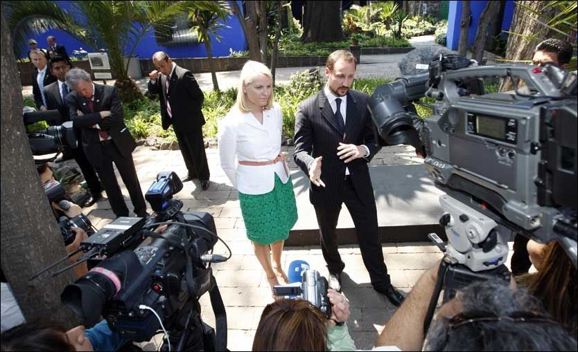 I MEXICO: Kronprins Haakon og kronprinsesse Mette-Marit svarte på spørsmål fra pressen under deres besøk i Mexico City mandag. Foto: Scanpix
