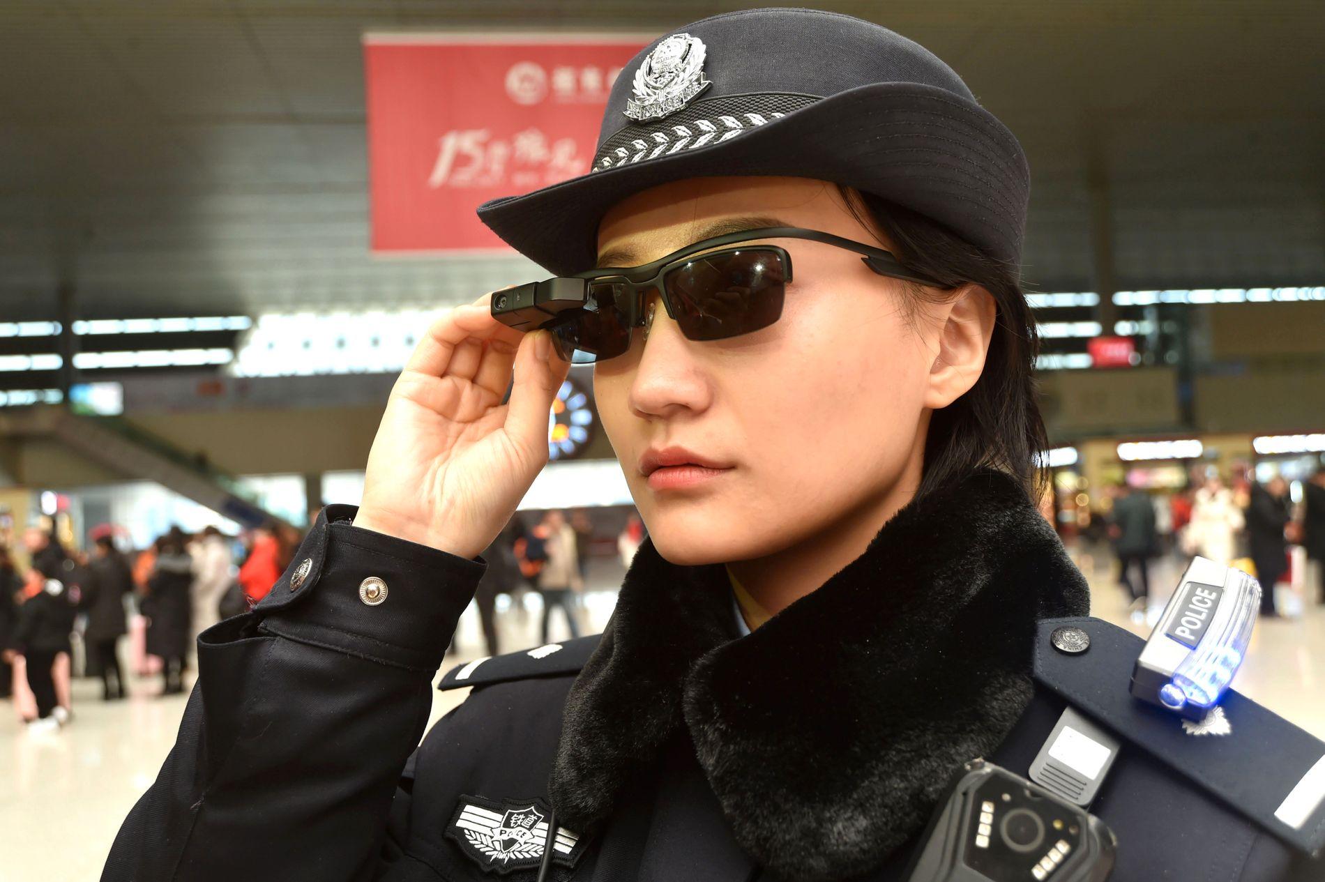 NYE BRILLER: Politiet i Kina har tatt i bruk disse brillene for å bekjempe terror.