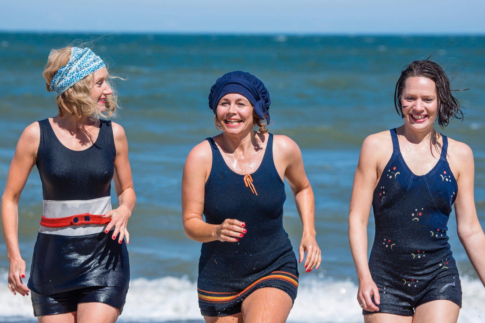BADEGLADE: Anette Støvelbæk som Alice Frigh, Anne Louise Hassing som Therese Madsen og Amalie Dollerup som Amanda Madsen i sesong 4 av «Badehotellet».
