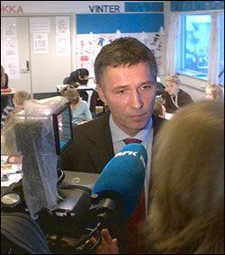 MØTTE PRESSEN: Jens Stoltenberg møtte pressen på Benterud skole på Lørenskog. Foto: Roar Dalmo Moltubak