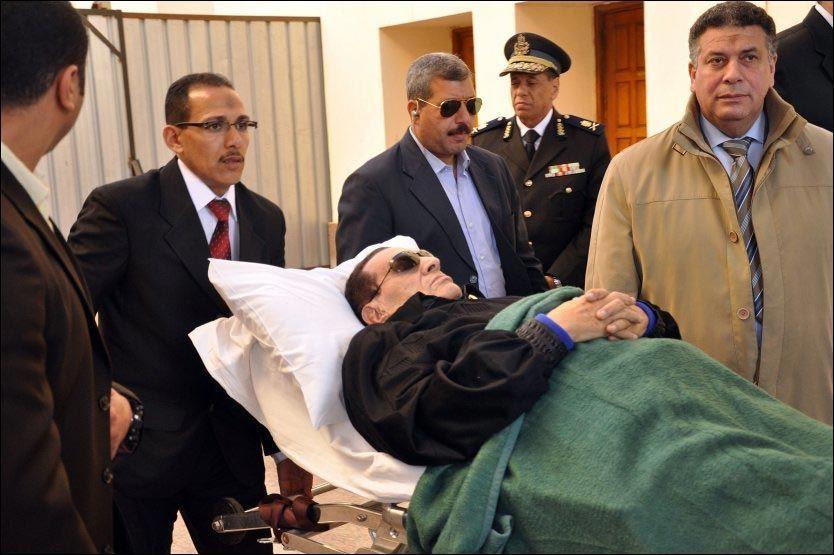 - INGEN BEVIS: Egypts avsatte president Hosni Mubarak blir her rullet på en båte ut av rettslokalet i Kairo sist uke. Foto: Afp