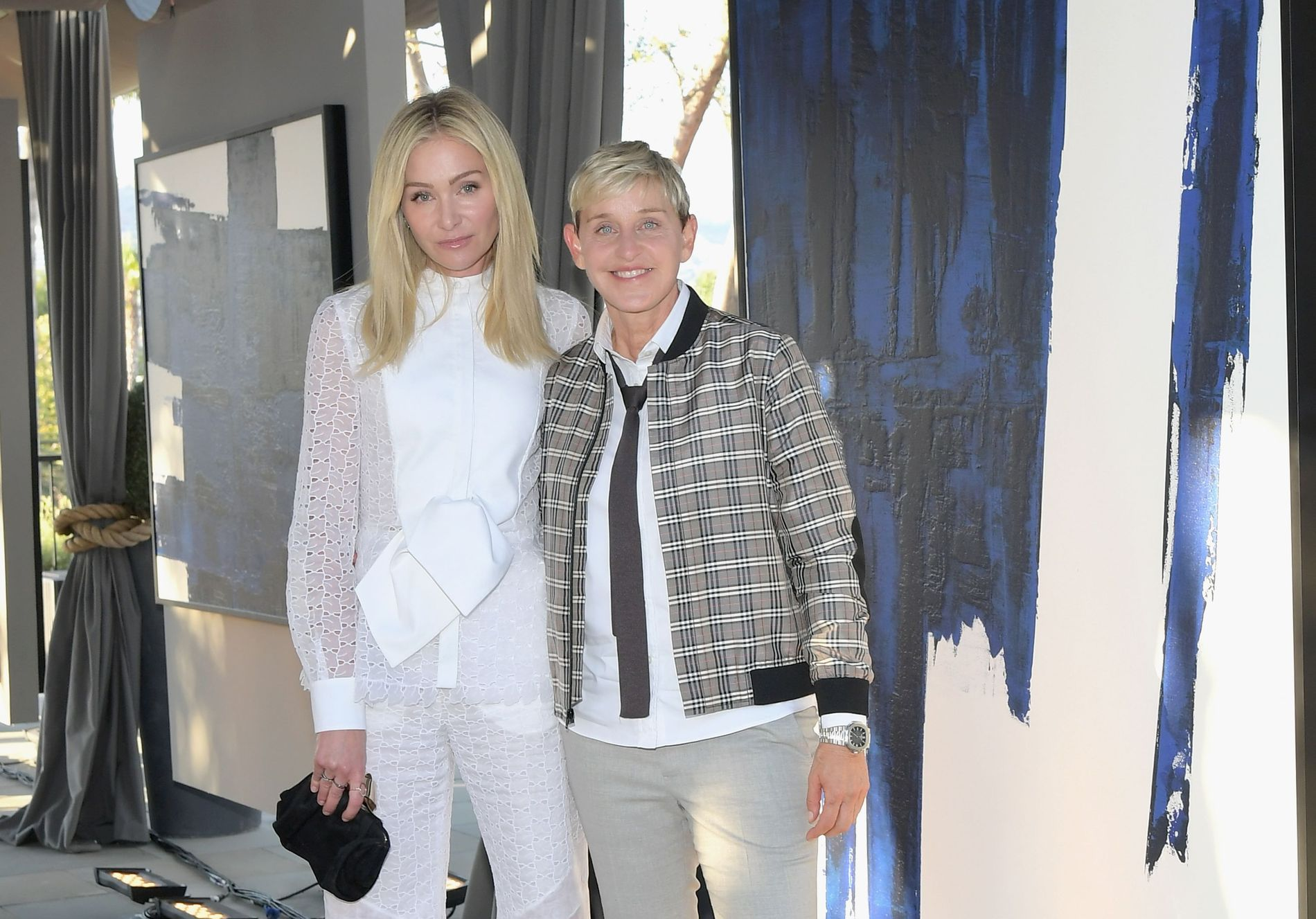 FAMILIE: Programlederen og kona Portia de Rossi på utstilling i Los Angeles i juni 2018.