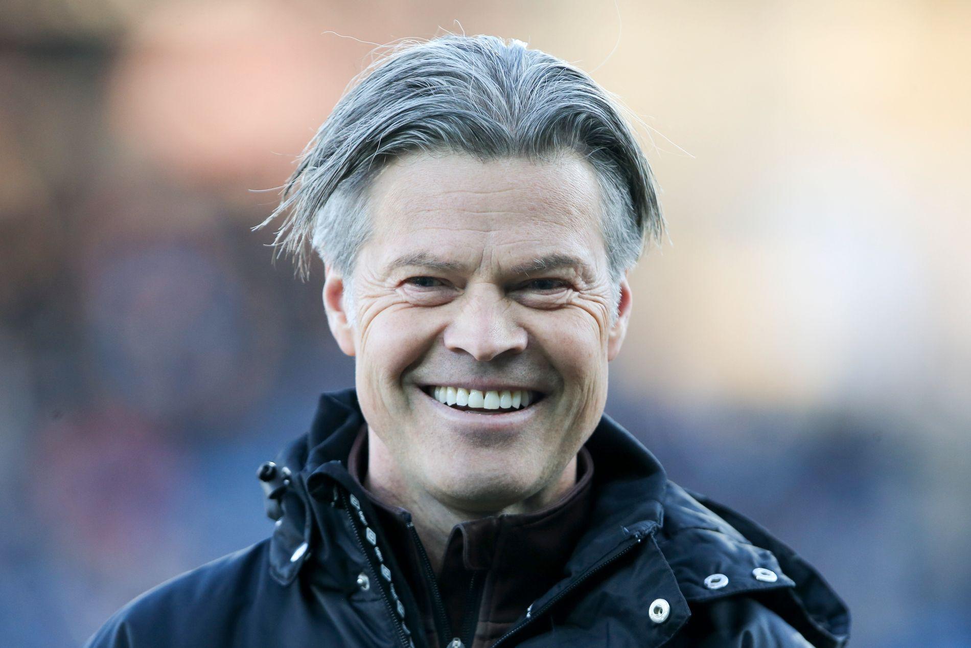 SMILTE BREDT: Vegard Hansen kunne ikke vært mer fornøyd enn da Mjøndalen slo Strømsgodset.