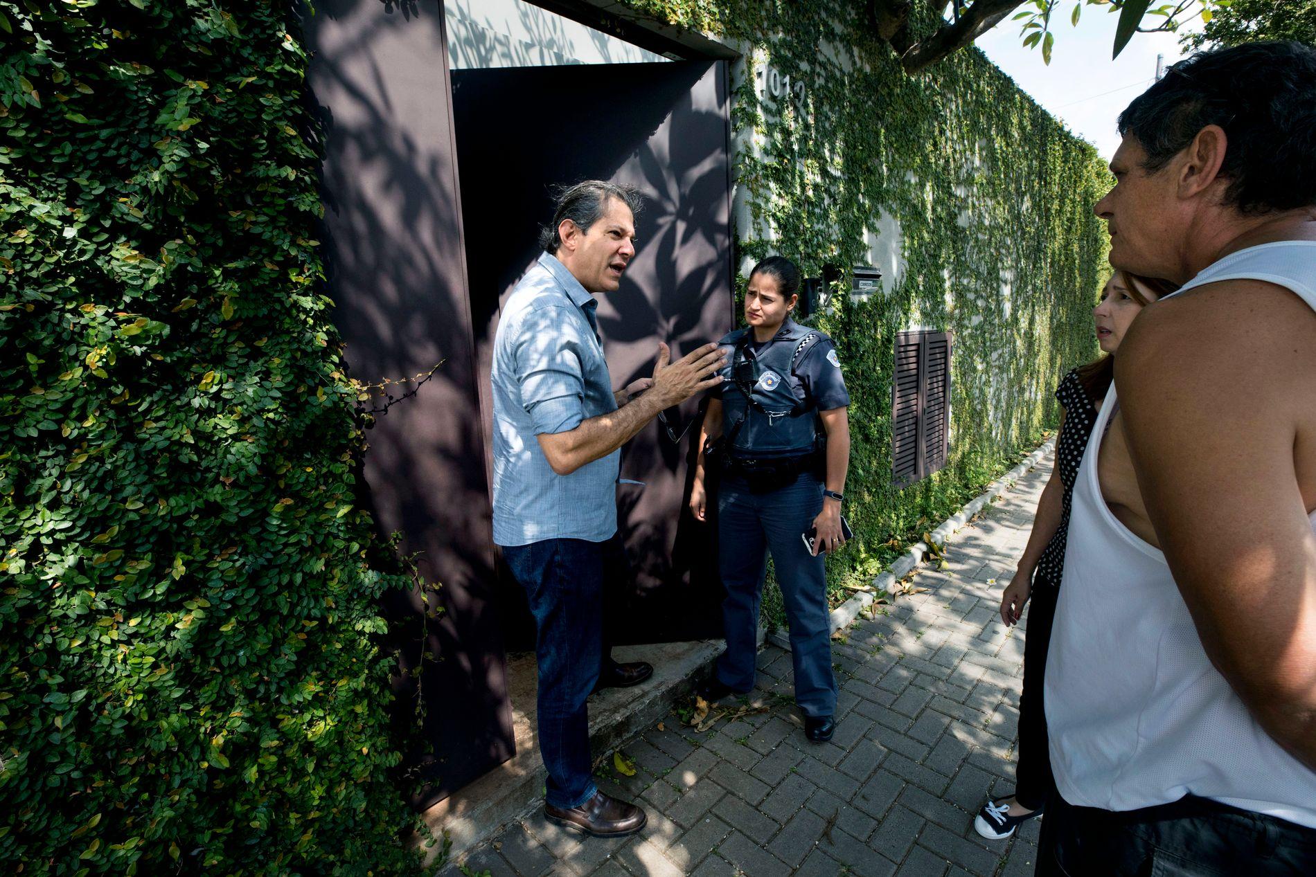 POLITIET PÅ DØREN: Det har vært et biltyveri i gaten utenfor Fernando Haddad og han tilbyr politiet om å se gjennom opptakene fra overvåkningskameraene han har plassert på muren sin.