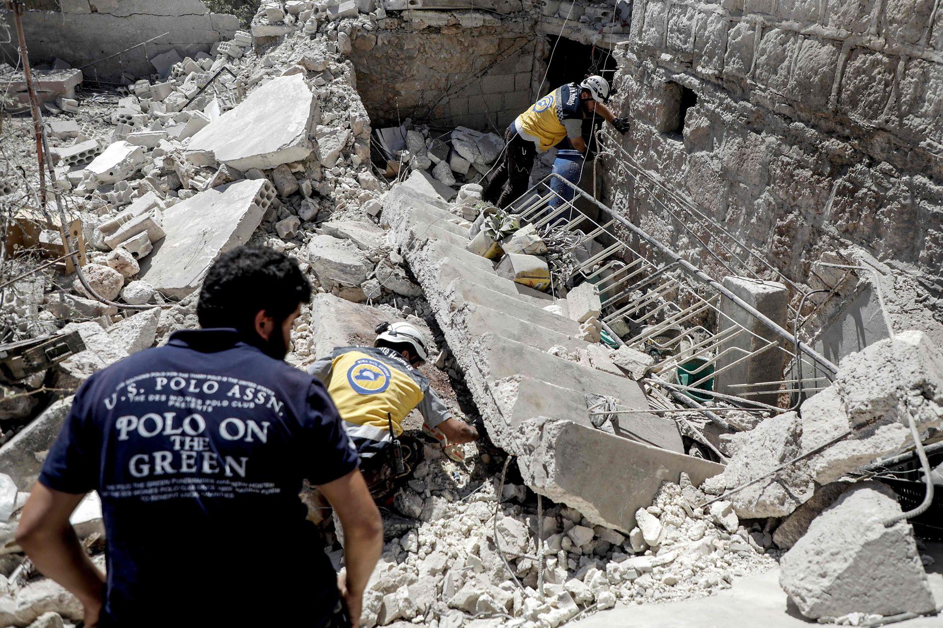 KOLLAPSET: Redningsarbeidere leter etter overlevende i ruinene.