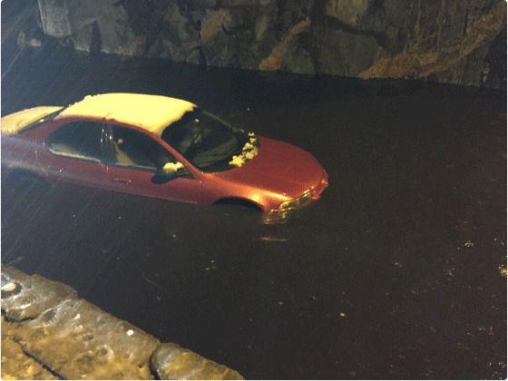 VAN(N)TRIVES: Sjåføren av denne bilen valgte å prøve seg mot vannmassene, til tross for at en bil sto fast allerede, ifølge politiet.